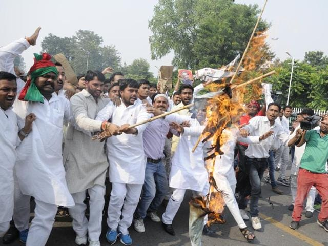 Akhilesh Yadav's supporters protest against Amar Singh in Lucknow on Sunday.