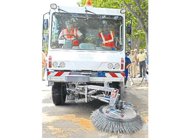 The municipal corporation will launch a 'Mechanised Night Sweeping Project' from the southern sectors (18 to 21, 32, 40 to 45 and 51) of the city from the first week of November from 10pm to 6am.