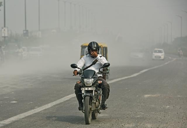 Dip in air quality in Delhi has been caused by an increase in vehicular traffic before Diwali and poor dispersal of pollutants due to cloudy mornings.