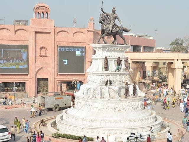 A towering statue of Maharaja Ranjit Singh is now a real eyecatcher at Chowk Phowara, where gigantic LED panels will show live kirtan from Darbar Sahib.