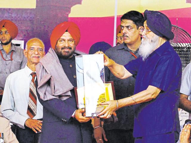 Chief minister Parkash Singh Badal honouring former army chief JJ Singh in Amritsar on Sunday.