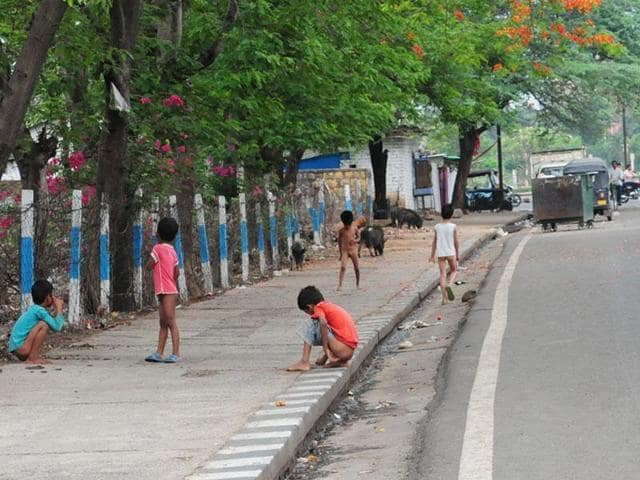 Children defecate on the footpath on the road leading to Mantralaya in Bhopal.(Mujeeb Faruqui/HT file photo)