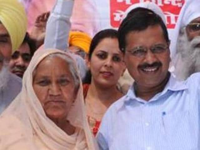 Swaran Kaur with Arvind Kejriwal at a function in March.