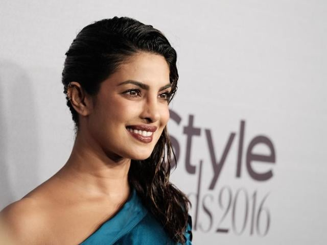 Actress Priyanka Chopra looked absolutely stunning in a one-shoulder satin teal top and a black skirt at Monday's celebrity-packed 2016 InStyle Awards. (AFP)