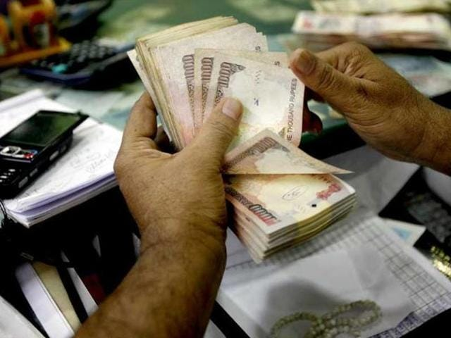 The RBI has asked the public to make it a habit to examine Rs 500 and Rs 1,000 currency notes before accepting them.(AP File Photo)