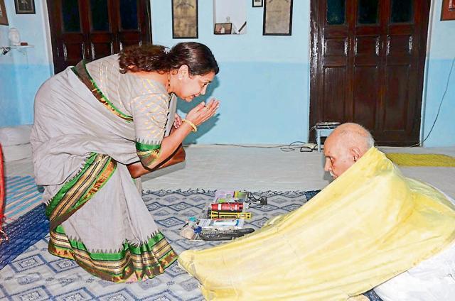 Sadhna Yadav seeks blessings from Rajvaidya Pt Shiv Kumar Shastri.