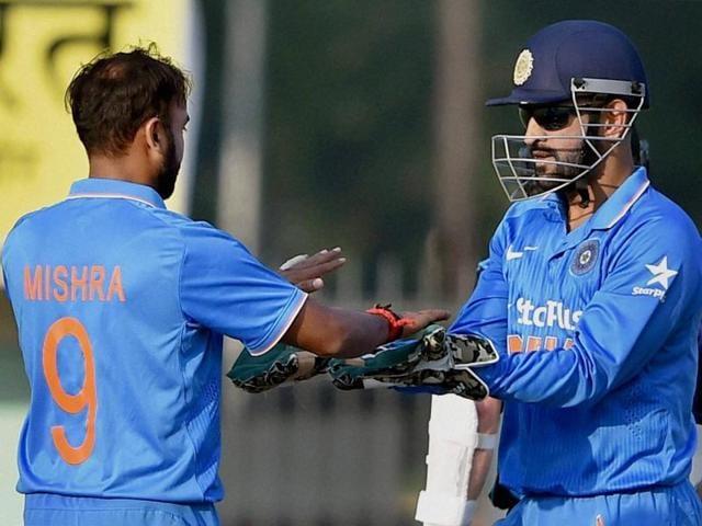 Amit Mishra celebrates with teammates the wicket of Kane Williamson.