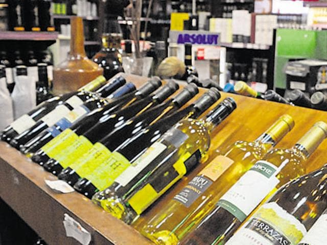 A Pakistani court on Thursday ordered the closure of all liquor shops in the southern province of Sindh, officials said.