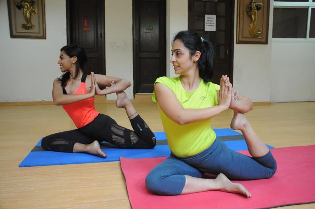 Yoga trainers Swati Kain and Neha Bajaj practise fusion asanas at Yog Essence Yoga Studio in Gurgaon.(Parveen Kumar / HT Photo)