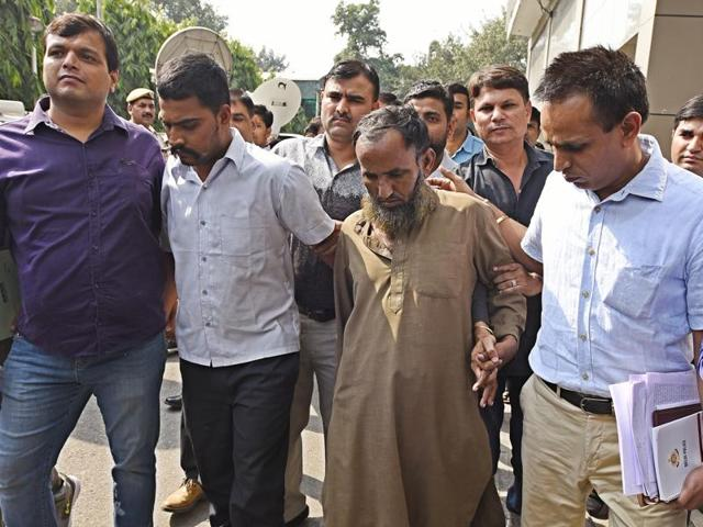 Delhi police crime branch arrested two spies, Maulana Ramzan Khan (centre right) and Subhash Jangir (centre left), for allegedly being involved in an espionage racket .