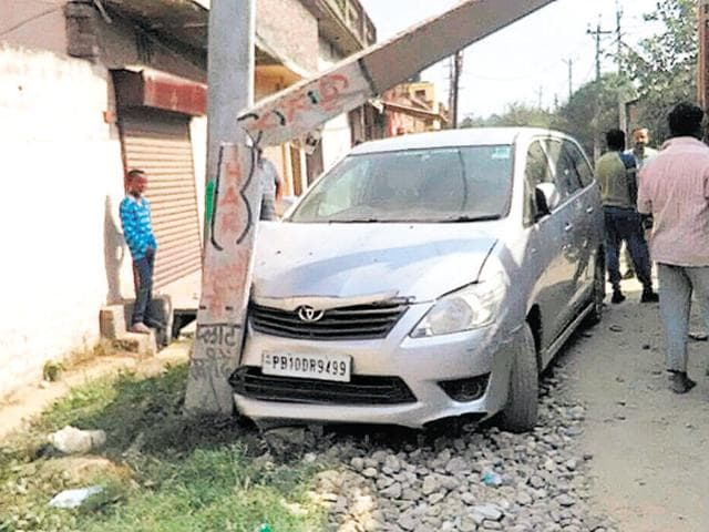 A peddler smashed his car into a power pole in Hussain Pura area while being chased by police in Ludhiana on Thursday.