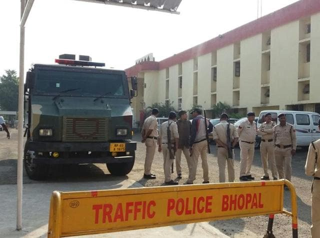 Police outside the Bhopal jail after eight suspected SIMIactivists escaped after killing a guard.