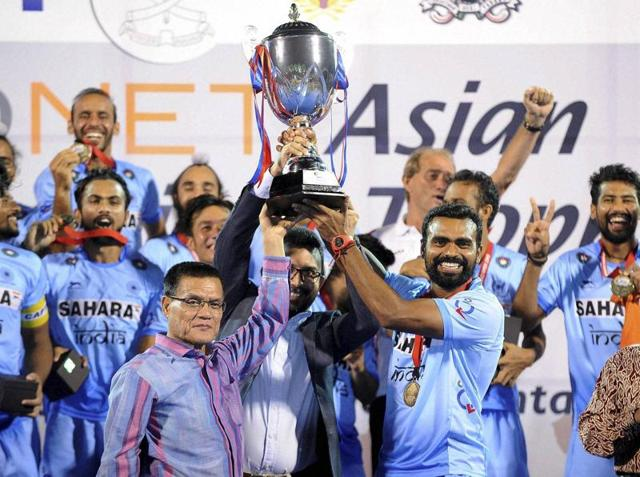Oltmans (centre, last row from the back) said the Indian team must build on the victory and go on to win bigger global events.