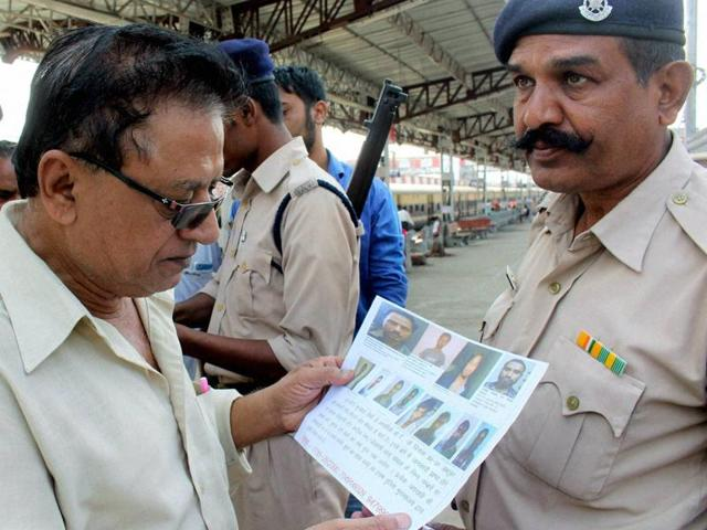 Wanted poster being shared at the Bhopal railway station after eight suspected activists of the banned SIMI escaped from a jail on Monday morning.(PTI)