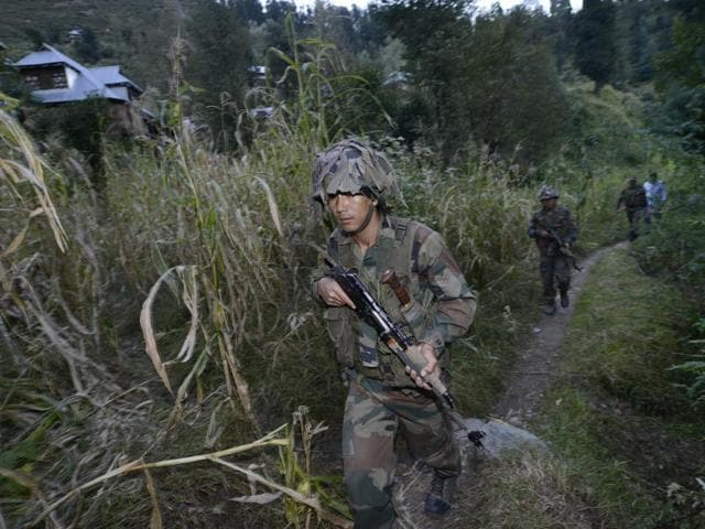 Indian Army soldiers move to a forward post on the LOC near the India-Pakistan LOC in Shaujian area near Poonch.
