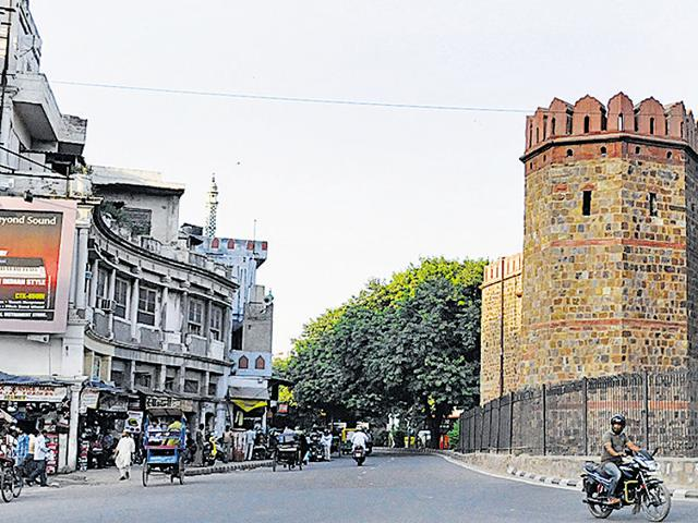 Three major intersections on the route—Darya Ganj-Jama Masjid, Lal Quila, and Shyama Prasad Mukherjee Marg-Lothian Road—will be redesigned. Dedicated lanes for pedestrians and non-motorised vehicles will be carved out. )