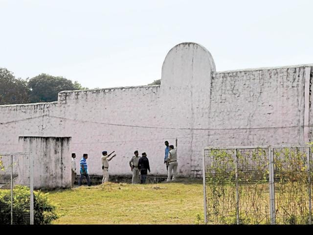 Investigating officers inspecting the spot from where the 8 alleged SIMI activists escaped after climbing the 28-feet wall with the help of bedsheets on Sunday latenight in Bhopal, on Monday.