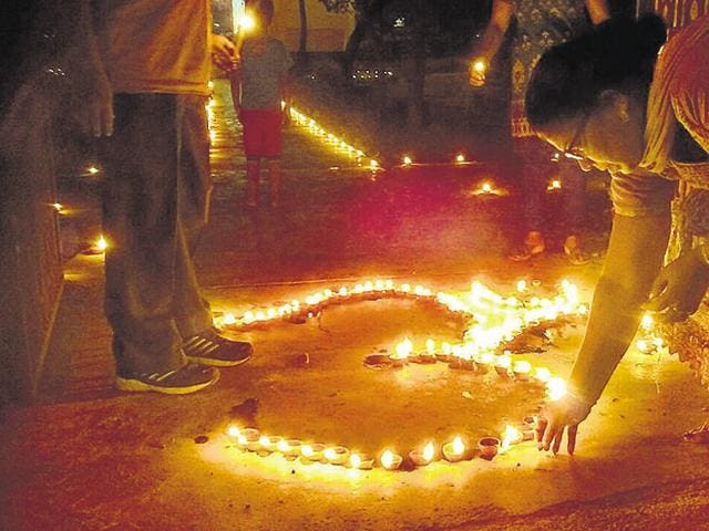 Over 2,500 diyas lit up the locality of Shalimar Garden on Sunday as residents arrived in numbers at the Gauri Shankar Park to light diyas.