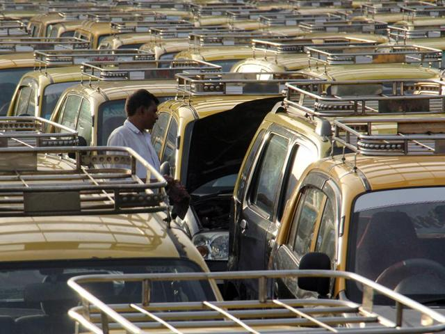 Mumbai Taximens Union (MTU), one of the biggest unions of taxi drivers in the city, has demanded permission for operating the iconic black and yellow cabs all over the state.(HT File Photo)