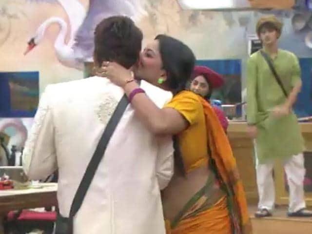 Oops, that moment! Mona plants a kiss on Manu's cheek.