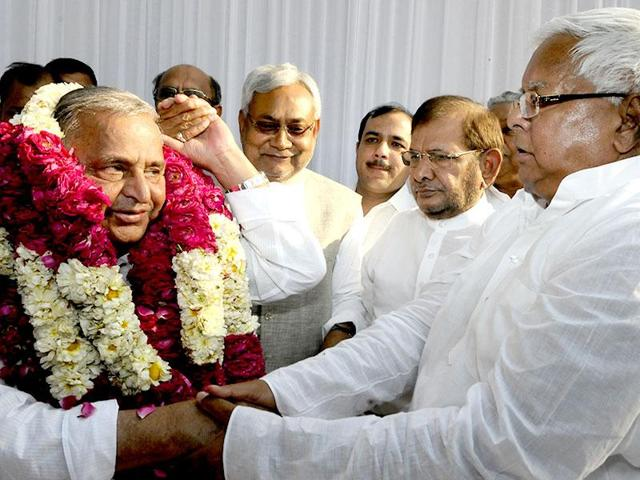 JD(U)'s Nitish Kumar (second left) with Samajwadi Party chief Mulayam Singh Yadav (left) during the merger of six different parties of the Janata Parivar at Mulayam Singh's residence in New Delhi last year. Mulayam floated the idea of a similar grand alliance for the UP polls.