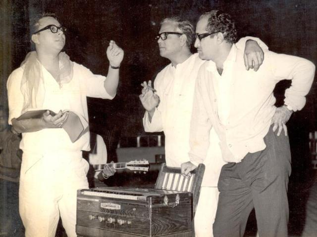 Tariq and Neetu Singh in the song 'Lekar hum deewana dil' from Yaadon ki Baaraat