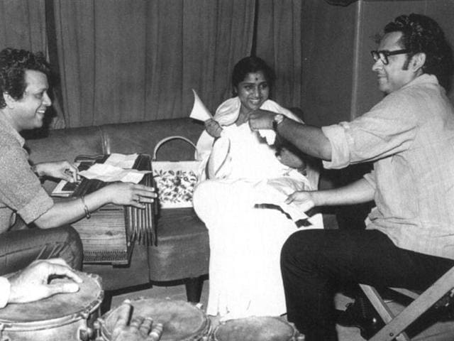 (From right) Asha Bhosle, Kishore Kumar, Amit Kumar and an unidentified singer at a recording