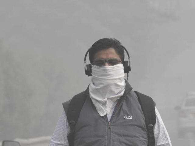 Children cover their face due to smog in New Delhi on November 3