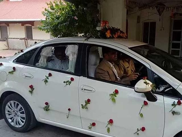 Thak, who has driven 18 collectors of Akola district for more than 30 years, was given a fitting farewell by his current boss, G Sreekanth