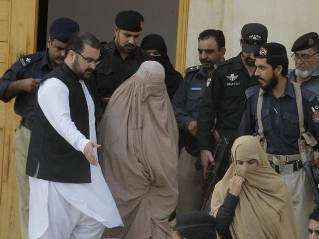 Pakistan Delays Deportation of Green-Eyed Afghan Girl