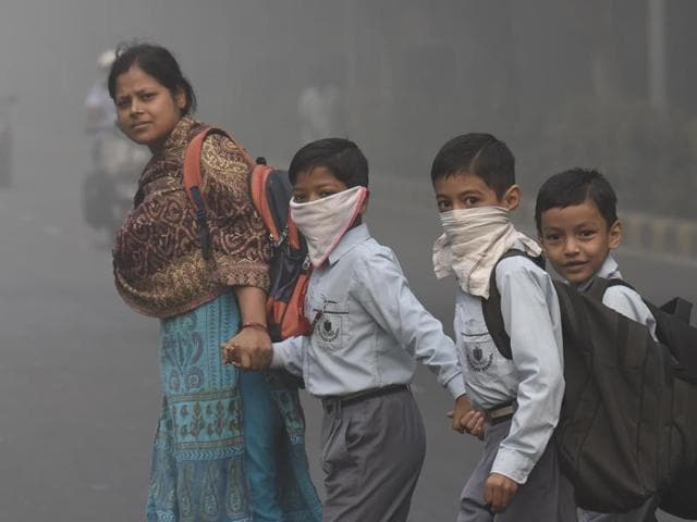 Delhi woke up to another smog-filled morning after Diwali in New Delhi on October 31, 2016. Delhi's air is at it's worst in 17 years.(Virendra Singh Gosain/HT Photo)