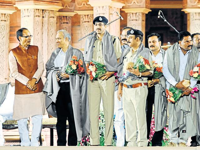 Chief minister Shivraj Singh Chouhan felicitates police officers who took part in the alleged encounter against SIMI operatives near Bhopal.