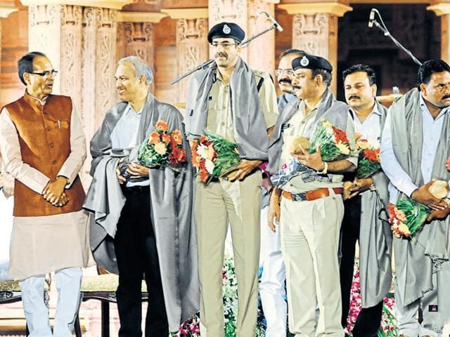 Chief minister Shivraj Singh Chouhan felicitates police officers and villagers helped in police encounter of SIMI operatives.