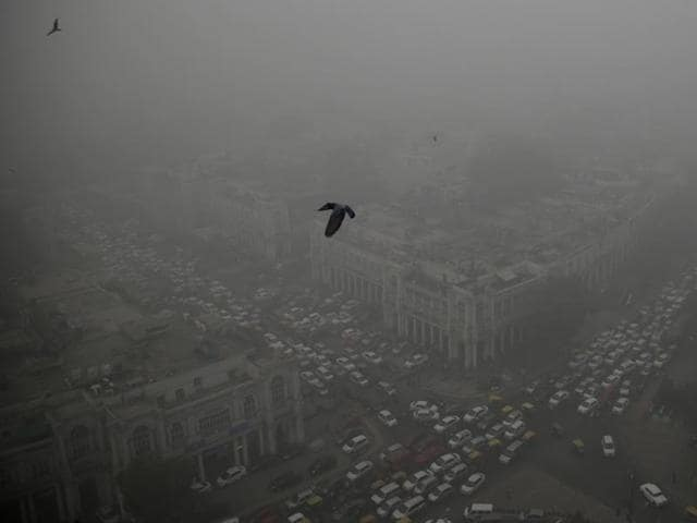 Smog engulfed the capital amidst high levels of pollution in the capital in New Delhi.
