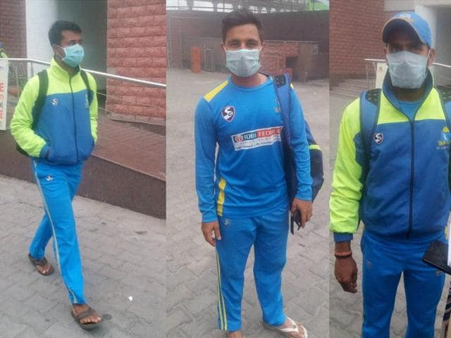 Manoj Tiwary (Right) and Wicket-keeper Shreevats Goswami( Centre) Pragyan Ojha (left) wearing anti-air pollution masks.