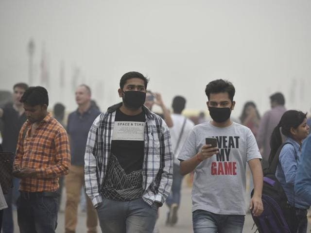 People wear masks to protect themselves from the toxic Delhi air.