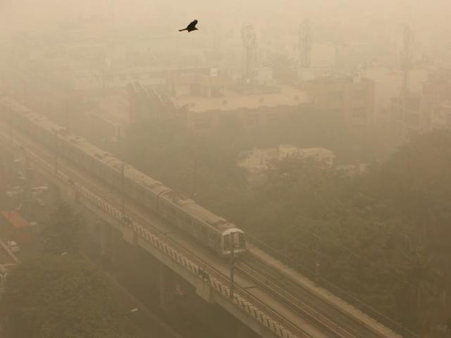 Visibility dropped to 200 metres on Sunday due to heavy smog.(Sanchit Khanna/HT Photo)