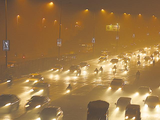 Smog near Anand Vihar, in New Delhi on Saturday.(Arun Sharma/Hindustan Times)