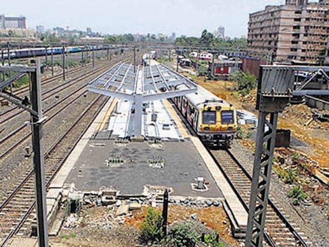 The uder-construction Oshiwara station.