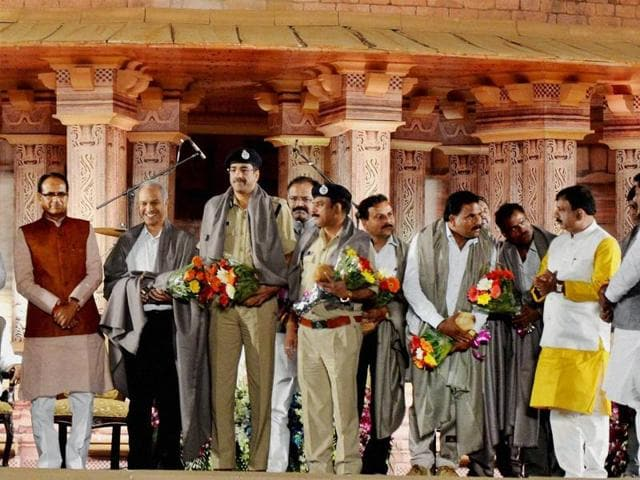 Chief Minister Shivraj Singh Chouhan felicitates police officers and STF personnel who played key role in an encounter to kill SIMI terrorists who escaped from jail.