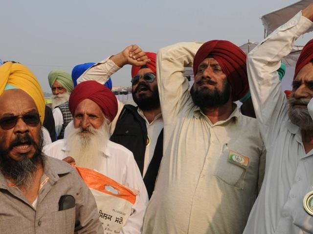 Kin of freedom fighters raising slogans against chief minister Parkash Singh Badal on Sunday.