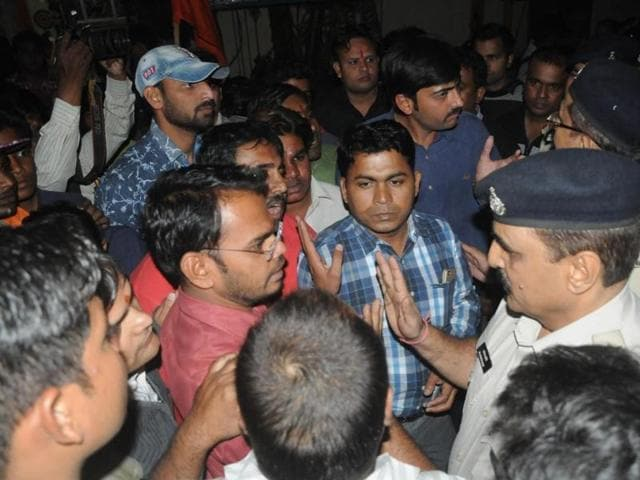 Indore,right-wing activists,Anand Mohan Mathur