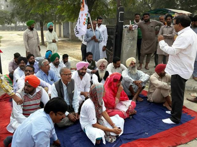 Aam Aadmi Party volunteers staging a protest at Rama Mandi grain market in Bathinda on Monday.