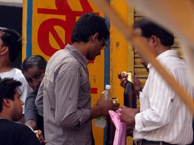 Delhi government,Drinking in public places,Held for drinking