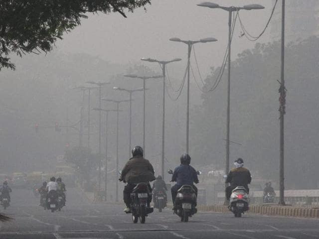 Commuters had to grapple dense smog for several days in New Delhi .