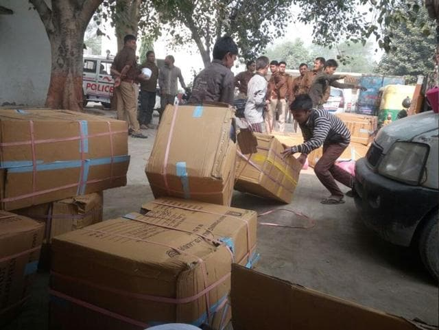 Residents rushed to Maharajpur in Ghaziabad to pick one of the 100 cartons laying sealed in the area following rumours that politicians had dumped 500 and 100 rupee banknotes.