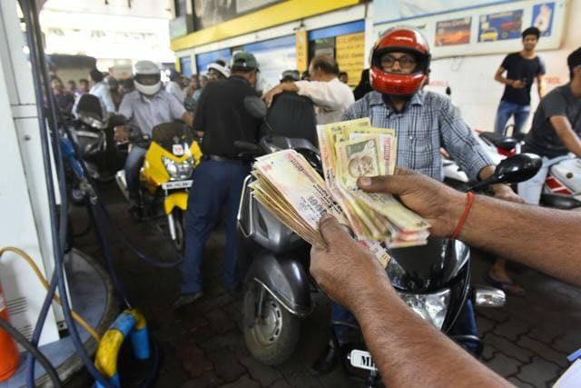 Although petrol pump owners were accepting high denomination notes, the massive rush had made it difficult to return change.