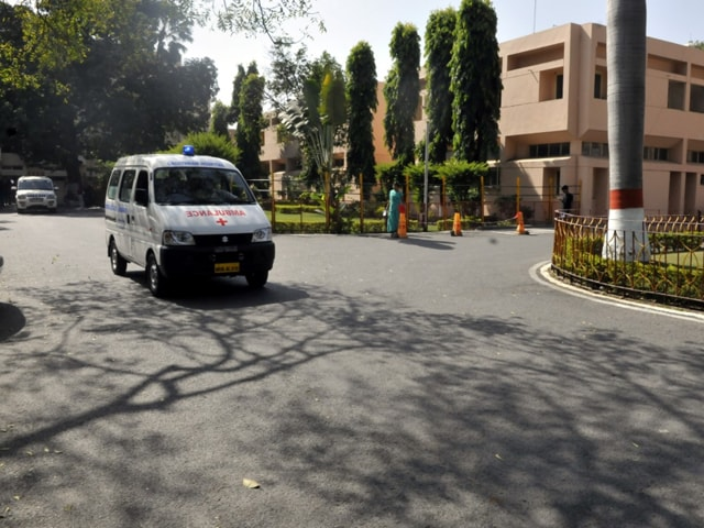Indore's Choithram Hospital doctors make arrangements to transfer a heart to Mumbai on Tuesday.