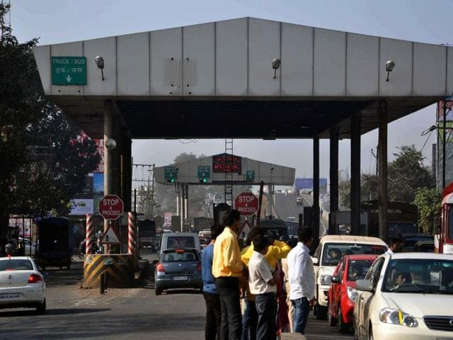 At some toll booths, attendants could not tender change owing to shortage of currency notes of lower denominations.