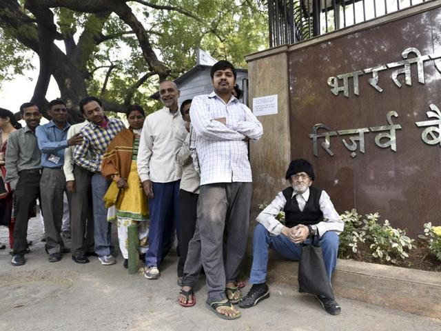 People queue up at the Reserve Bank of India on Parliament Street in Delhi to exchange or deposit their currency notes.